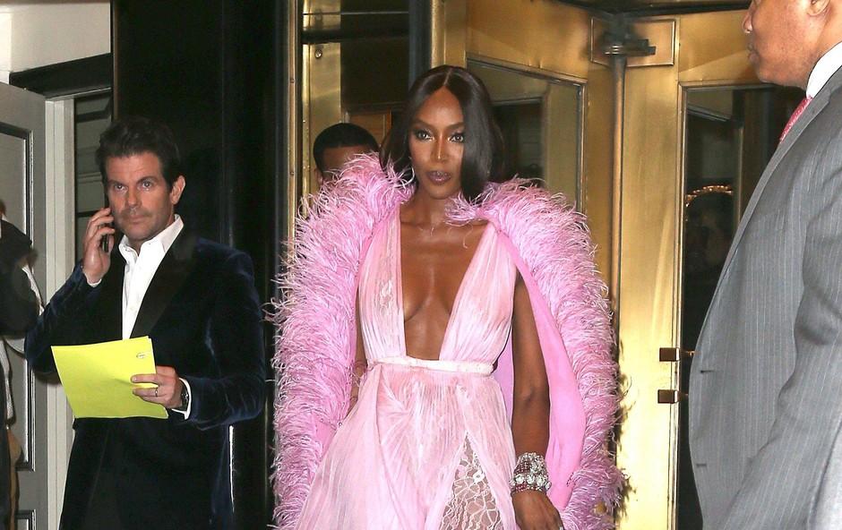 Naomi Campbell si seveda lahko privošči tako seksi obleko znamke Valentino Couture. (foto: Profimedia Profimedia, Splash - Aktivní)