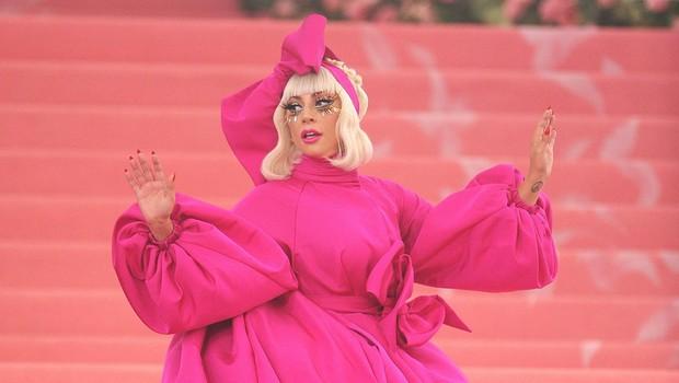 Lady GaGa je bila ena od gostiteljic prireditve, zato je imela več oprav, vse po vrsti nenavadne. (foto: Profimedia Profimedia, Splash - Aktivní)