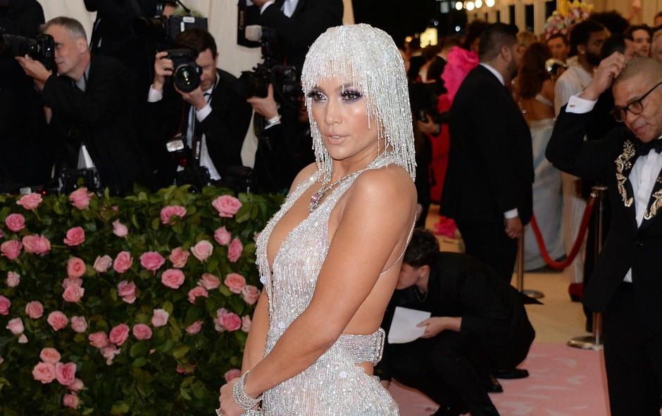 Jennifer Lopez nesramno seksi v kreaciji modne hiše Versace (foto: Profimedia Profimedia, Splash - Aktivní)