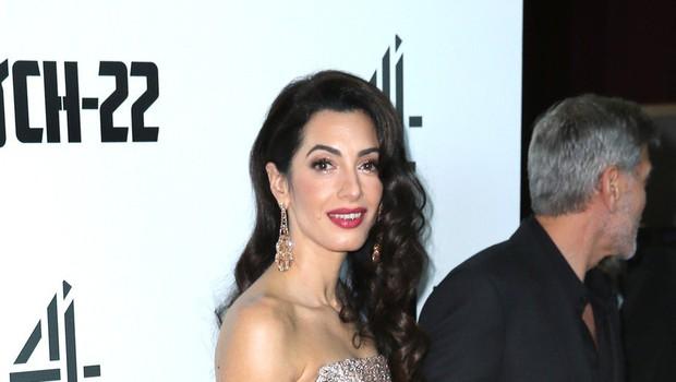 Amal Clooney blestela na premieri filma Kavelj 22 (foto: Profimedia)