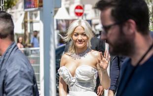 Rita Ora na rdeči preprogi pokazala izjemno visok razporek