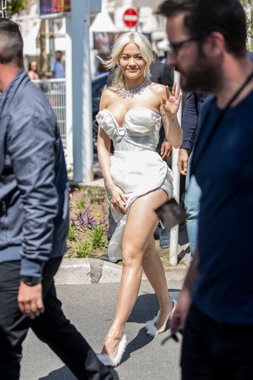 Rita Ora na rdeči preprogi pokazala izjemno visok razporek (foto: Profimedia)