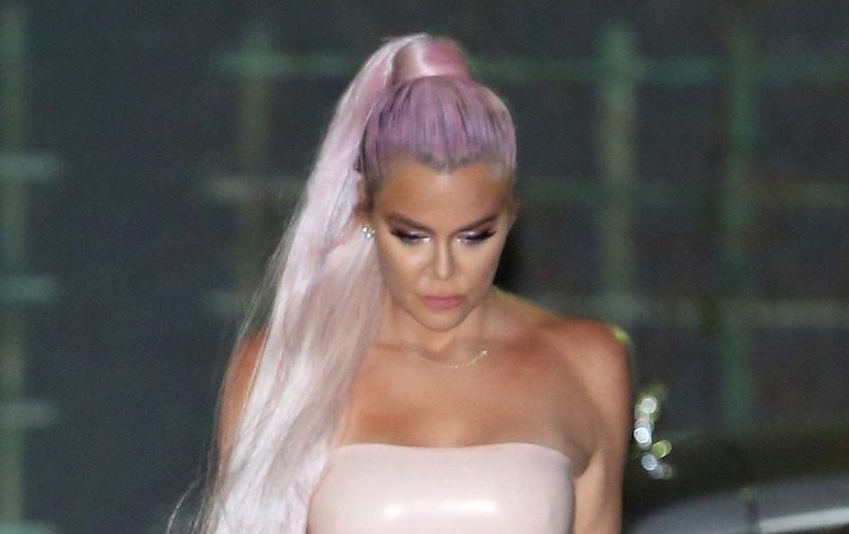 Khloe Kardashian v kombinezonu iz lateksa: Pozornosti ji ni manjkalo! (foto: Profimedia)