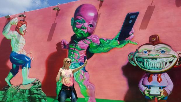 """""""V Miamiju sem obiskala tudi neke vrste 'ameriško Metelkovo' (Wynwood Walls), ki je znana zaradi res odštekanih grafitov. Nekateri od njih so bili prav strašljivi."""" (foto: Osebni Arhiv)"""