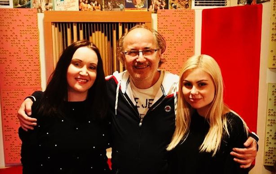 Tinkara je za letošnji festival  MMS združila moči z legendarnim  glasbenikom Alešem Klinarjem v  družbi spremljevalne pevke Sare Lamprečnik. (foto: Saška Sonja Sagadin, Osebni Arhiv)