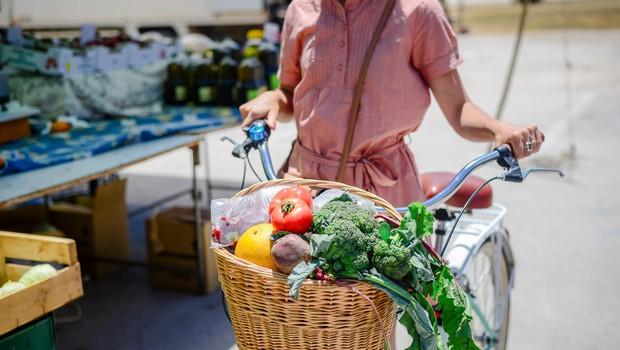 Za kar 80 odstotkov lahko zmanjšate količino zaužitih pesticidov, če namesto industrijsko uživate biološko oz. organsko pridelano hrano. Prava ekološka živila so vzgojena ali pridobljena brez uporabe umetnih gnojil in kemijsko sintetičnih pesticidov. (foto: Shutter)