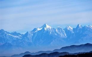 V pogorju Himalaje rešili štiri alpiniste, osem je pogrešanih