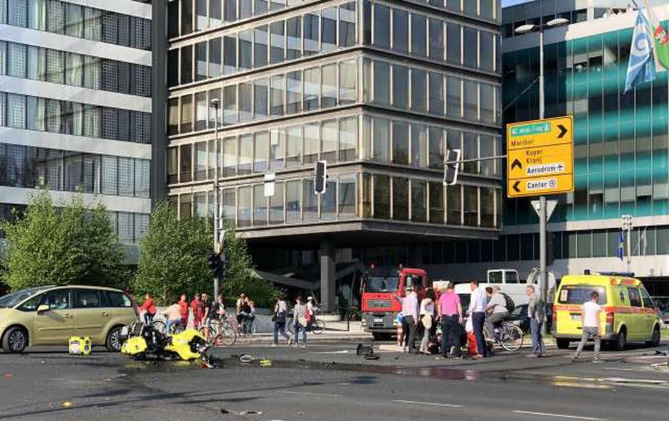 V centru Ljubljane trčenje voznika reševalnega motornega kolesa in osebnega vozila (foto: STA)