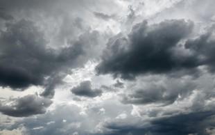 Nastajale bodo posamezne plohe in nevihte, več sonca bo na Primorskem