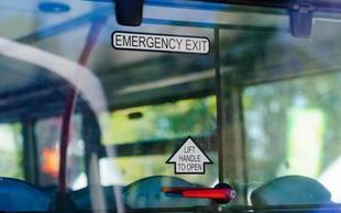 Pri Podvolovjeku avtobus zgrmel po strmem pobočju, voznik po trčenju v drevo umrl!