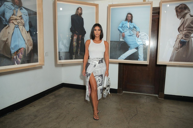 Kim Kardashian tokrat ovita v časopis paradirala po galeriji (foto: Profimedia)
