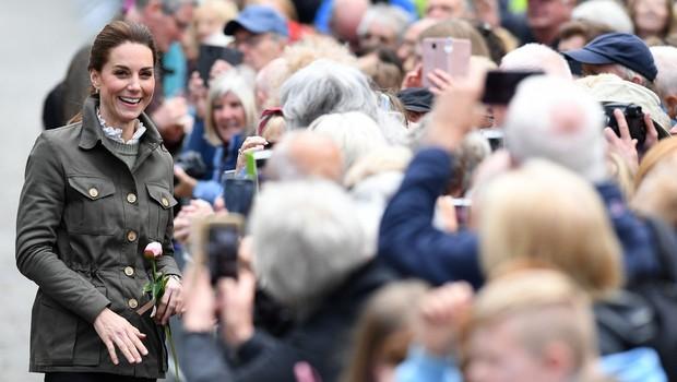 Kate Middleton je tudi v navadnih kavbojkah videti naravnost odlično! (foto: Profimedia)