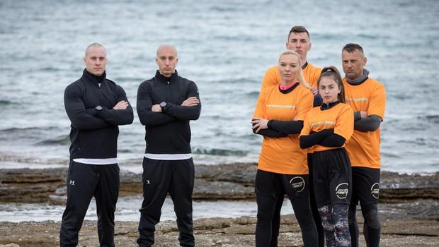Družina Podobnik s trenerjema, akrobatoma Filipom Kržišnikom in Blažem Slaničem. (foto: Planet Tv)