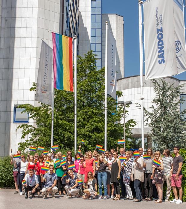 Mesec ponosa v Novartisu v Sloveniji obeležili z mavrično zastavo (foto: Novartis Press)
