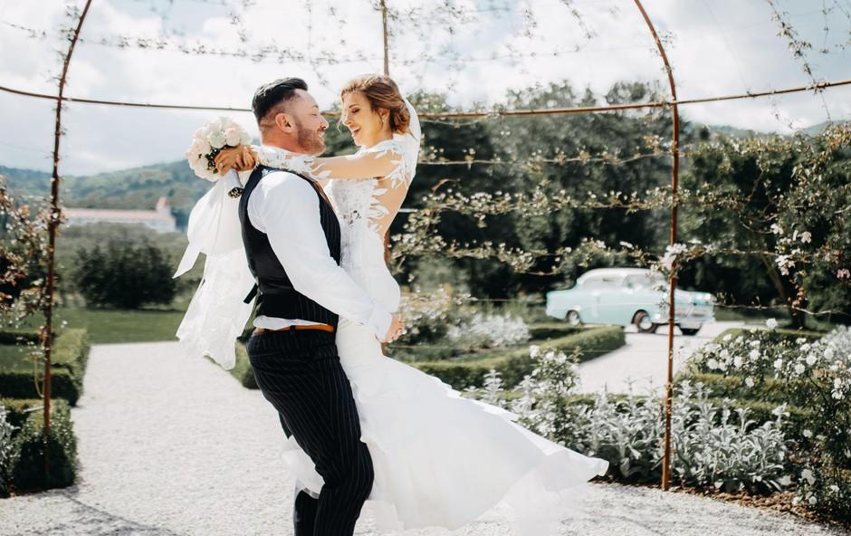 Nekaj čudovitih poročnih slik je nastalo <br />v botaničnem vrtu pri Mariboru. (foto: Kalany Creative)