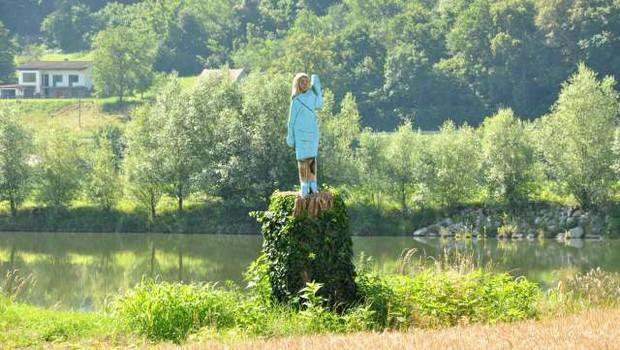 V Posavju bodo odkrili leseno skulpturo, ki uteleša ameriško prvo damo Melanio Trump (foto: STA)