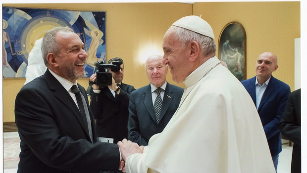 Kipar Mik Simčič pri papežu Frančišku na zasebni avdienci (foto: Mik Simčič Press)