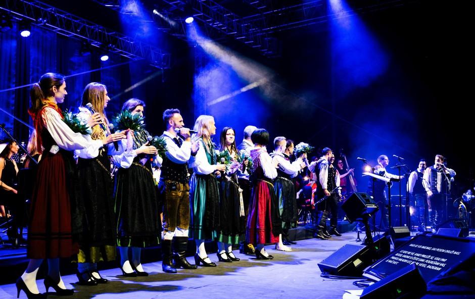 V svojo sredino so med drugim povabili vseh sedem pevk, s katerimi so sodelovali v dosedanji karieri. (foto: Marko Alpner)