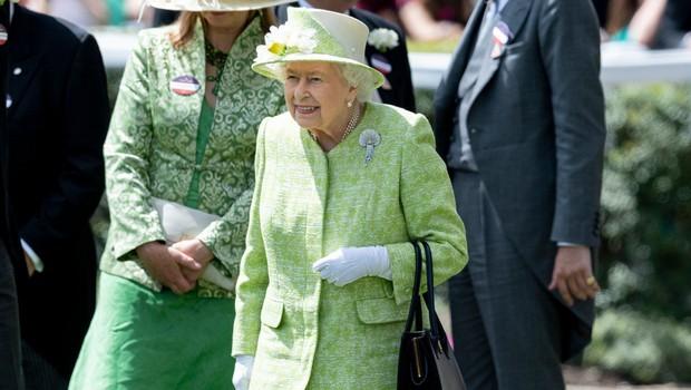 Strokovnjaki pojasnili, zakaj je kraljica Elizabeta II. bolj hladna do Kate kot do Meghan (foto: Profimedia)