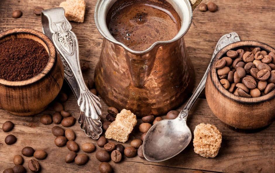 Tudi tebi na vroč poletni dan najbolj prija sveža mleta (turška) kava? (foto: profimedia)