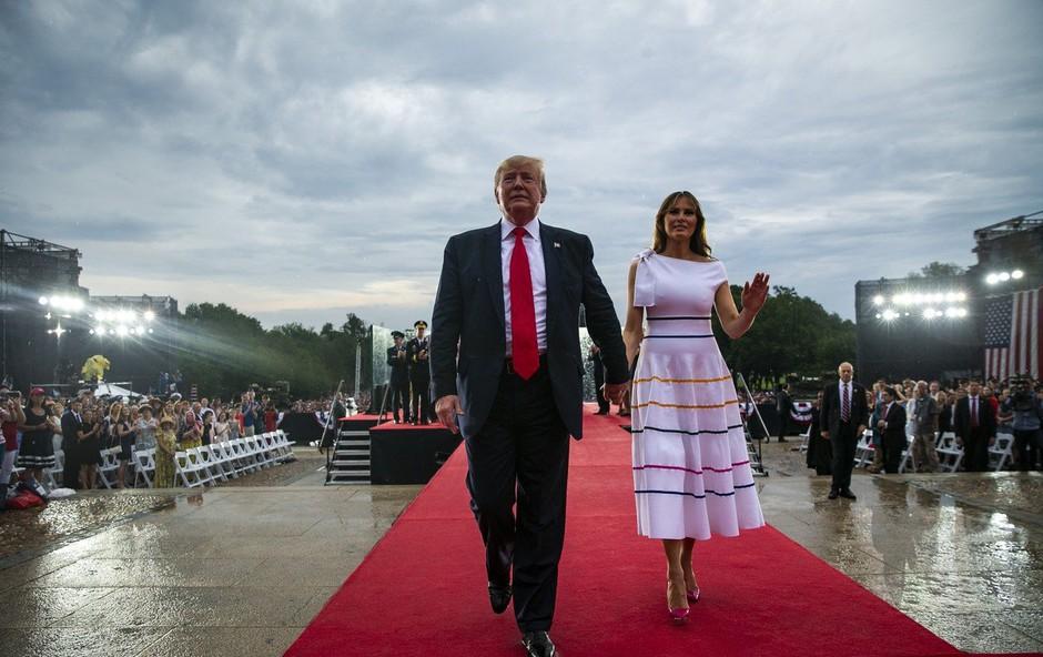 Melania Trump v beli obleki v središču pozornosti, a vsem ni bila všeč (foto: Profimedia)