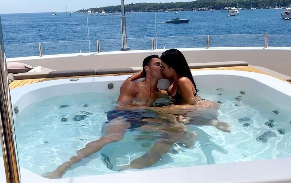 S svojo partnerico Georgino Rodriguez v džakuziju. (foto: Profimedia)