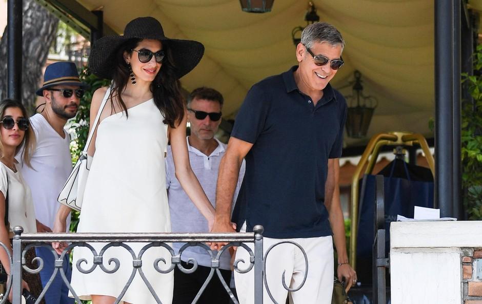 Pred kratkim so pisali, da so med Amal in Clooneyjem napetosti. Ni videti, saj sta v Benetkah delovala sproščeno in zaljubljeno. (foto: Profimedia)