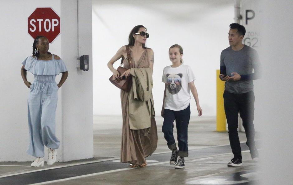 Angelina v družbi moškega: Oboževalci zgroženi nad njeno suhljatostjo! (foto: Profimedia)