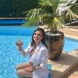 Natalija Verboten v bikinkah uživa v odlični družbi v bazenu, njen dekolte je občudovanja vreden