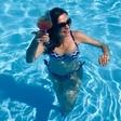 Natalija Verboten v domačem bazenu pokazala bujne obline