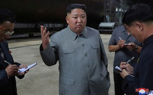 Kim Jong-un znova rožlja z orožjem