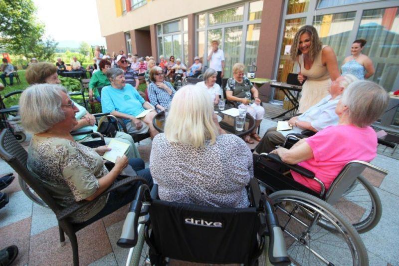 Stanovalce Centra starejših Notranje Gorice navdušil obisk Rebeke Dremelj (foto: Center starejših Notranje Gorice)