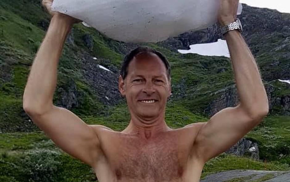 Razgaljeni Jože Potrebuješ pokazal, kako se tušira v visokogorju (foto: Facebook Čuki)