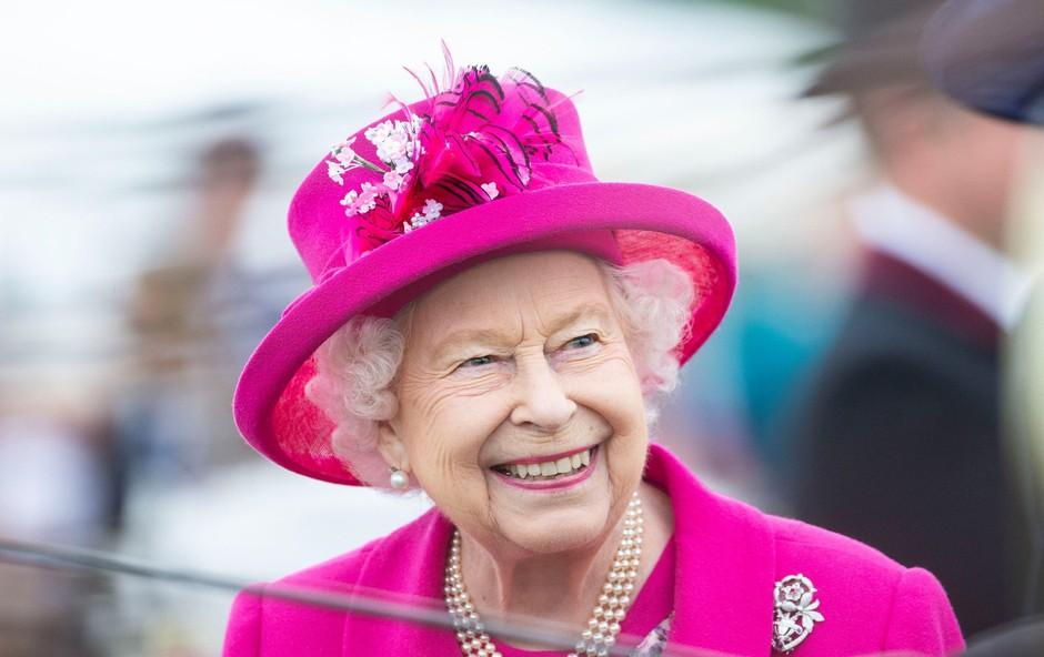 Za obnovo krstne obleke za malčke britanske kraljeve družine so uporabili čaj! (foto: Profimedia)