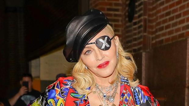 Madonna (na fotografiji v Versacejevi obleki) sodno ne more več preprečiti prodaje ljubezenskega pisma. (foto: Foto: Profimedia)