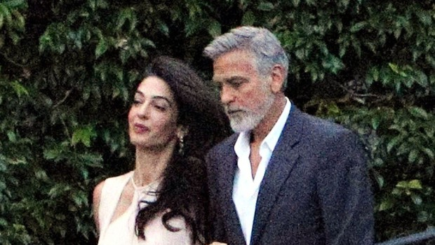 Amal Clooney je elegantna, tudi ko je bosonoga! (foto: Profimedia)
