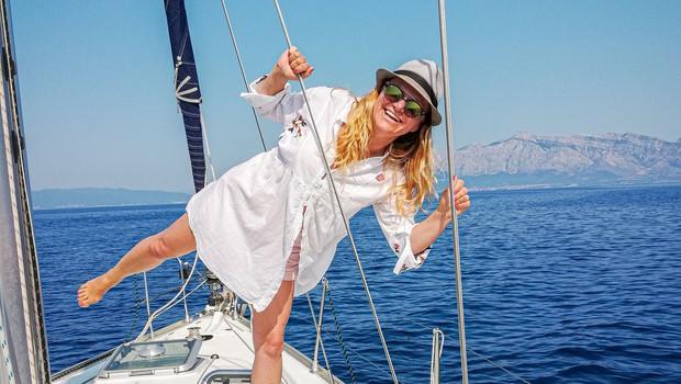 Nuša Derenda pri 50 letih osuplja v bikiniju in navdušuje s skoki v morje (foto: Osebni album)