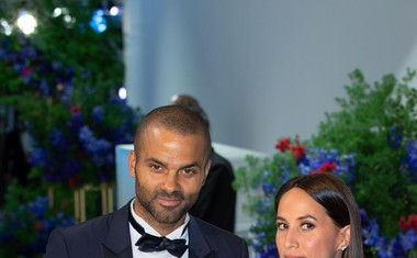 Francoski košarkar Tony Parker, nekdanji mož Eve Longorie, s svojo sedanjo soprogo Axelle Francine.