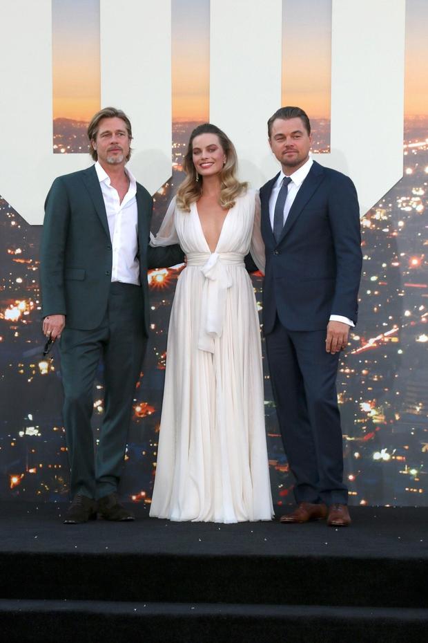 Margot Robbie v beli obleki s podpisom modne hiše Chanel, Leonardo DiCaprio v Armanijevih oblačilih in Brad Pitt, ki je vsako leto boljši. (foto: Foto: Profimedia Profimedia, Kathy Hutchins New)