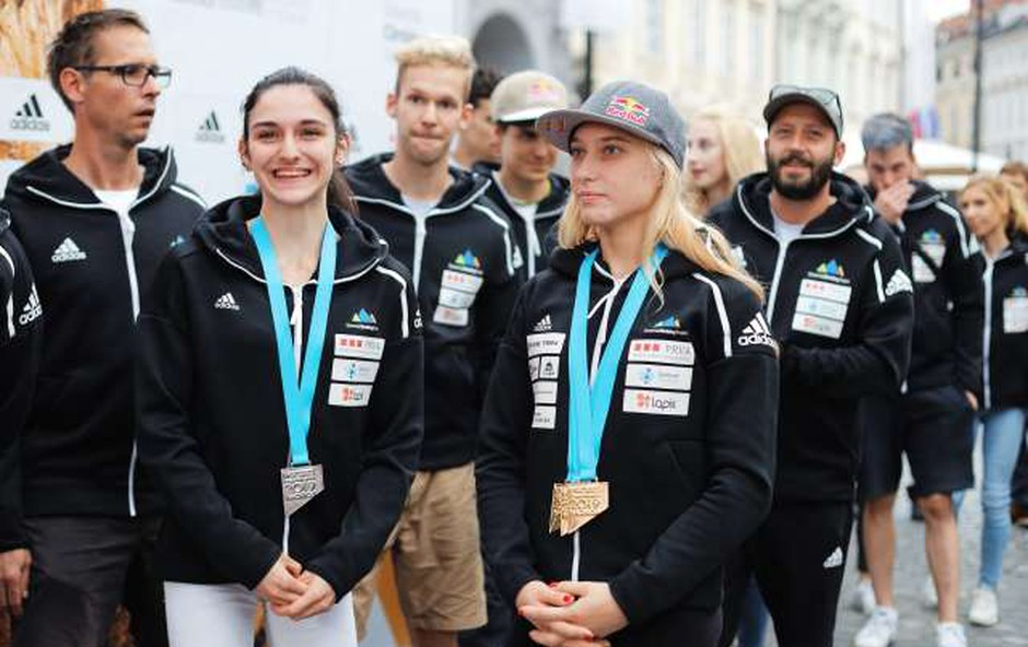 Slovenski reprezentanci z Janjo Garnbret na čelu pripravili sprejem v Ljubljani (foto: STA/Daniel Novakovič)