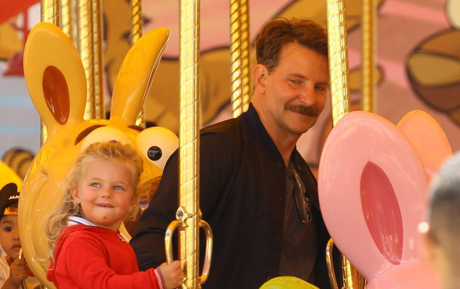 Bradley Cooper užival v družbi hčerke: Z brki skoraj neprepoznaven! (foto: Profimedia)