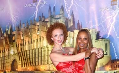 Anna z mamo na zabavi, kjer sta blesteli v enakih rdečih oblekah.