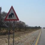 Tovrstne table niso v tem delu Afrike nič nenavadnega, sploh ob meji z Bocvano. (foto: Foto: Osebni Arhiv)