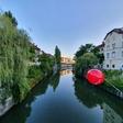 Ste se morda vprašali, zakaj so naša mesta zjutraj preplavili rdeči baloni?