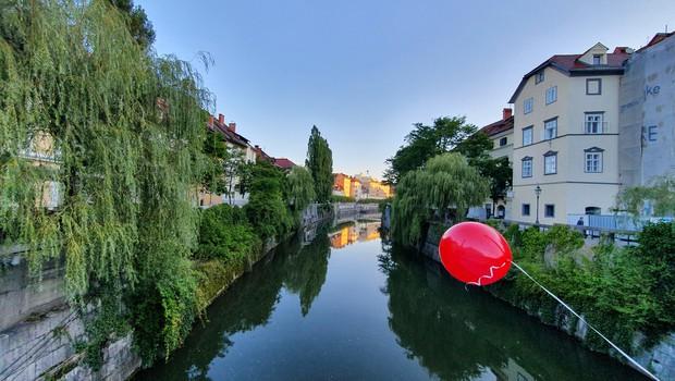 Ste se morda vprašali, zakaj so naša mesta zjutraj preplavili rdeči baloni? (foto: Blitz Slovenija)