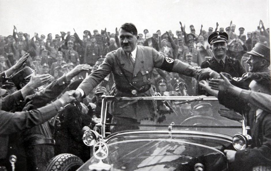 V kleti francoskega senata našli Hitlerjev doprsni kip, preiskava v teku (foto: Profimedia)