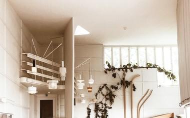 Alvar Aalto je bil finski Jože Plečnik, ki je v svojem življenju pustil neizbrisen pečat v finski in predvsem svetovni arhitekturi. Vredna obiska sta njegovo domovanje iz leta 1936 in ustvarjalni studio, kjer so danes razstavljeni njegovi ikonični stoli, izdelani za bolnike s tuberkulozo.