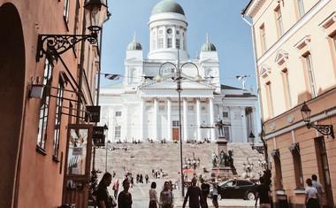 Helsinki ponujajo dom dobremu milijonu prebivalcev, s čimer so daleč najbolj poseljeno območje na Finskem in hkrati vodilna državna politična, izobraževalna, finančna, kulturna in raziskovalna sila.