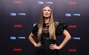 POP TV-jeva voditeljica pokazala svoj izklesan trebušček, na njem ni niti trohice maščobe