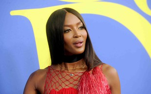 Naomi Campbell na pragu 50 let v prozorni obleki pokazala skoraj vse